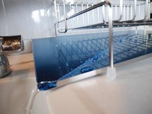 斜めに流れる2段水切りカゴ